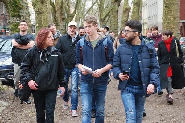 Block und Stift gezückt: Boran (r.) und Thomas (M.) begleiteten eine Stadtführung von Obdachlosen und kamen schnell mit Veronica ins Gespräch.