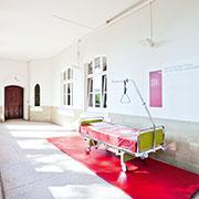 Die Atmosphäre vom früheren Krankenhaus ist noch spürbar.