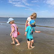 Hauptsache Meer: Die Zwillingen Nora und Tim (3) und ihre große Schwester Annalena (7) freuen sich im Urlaub auf den Strand.