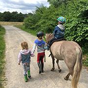 Hauptsache draußen: Familie Müller genießt im Urlaub auch die Zeiten mit den Pferden.