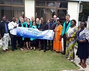 """Gruppenfoto des Projektschors mit den """"church elders"""", den Presbytern der Gemeinde Mbezi Beach."""