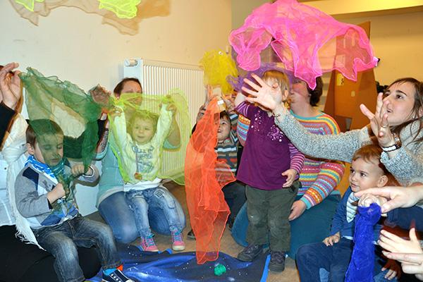 Mit den Kindern singen und spielen - das kommt im Alltag der meisten Mütter zu kurz.