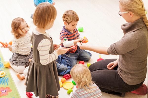 Evangelische Kitas sind  offen für die Kinder im jeweiligen Sozialraum. Dadurch unterstützt die Kirche ein Bildungssystem, das von Anfang an durchlässig ist  und allen Kindern Bildungschancen bietet.