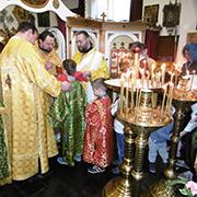 In der Krypta der katholischen Kirche St, Augustinus feierte Pfarrer Eugen Theodor (Mitte) mit seiner Gemeinde Gottesdienst.