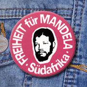 """Viele haben ihn getragen: Den Button """"Freiheit für Mandela""""."""