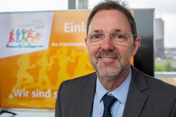 Stephan Blank (56) ist Pfarrer an der Duisburger Salvatorkirche und Synodalassessor (Stellvertreter des Superintendenten) des Kirchenkreises Duisburg. Er ist im Duisburger Süden aufgewachsen und dort von klein auf in der Kirche und in einem Fußballverein