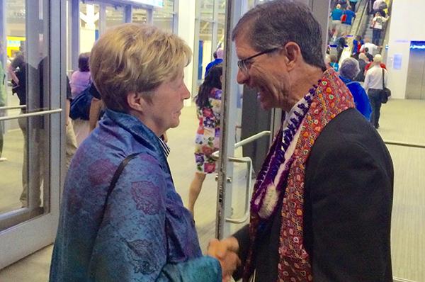 Herzliche Glückwünsche! Die rheinische Landeskirchenrätin Christine Busch gratuliert dem neuen Präsidenten der UCC, John. C. Dorhauer.