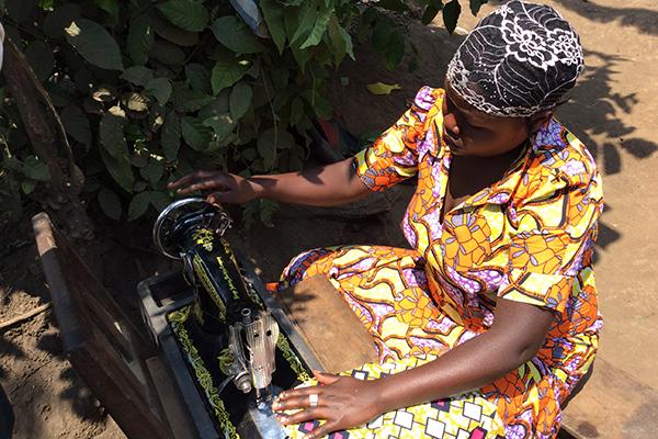 Nähen lernen und dadurch selbstständig werden: Diese gehörlosen Frauen leben im Kirchenkreis Kalungu im Kongo.
