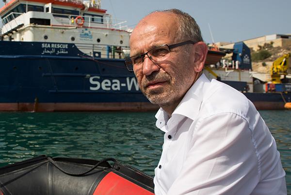 Präses Manfred Rekowski beim Besuch der zivilen Seenotrettung auf Malta im Juli 2018.