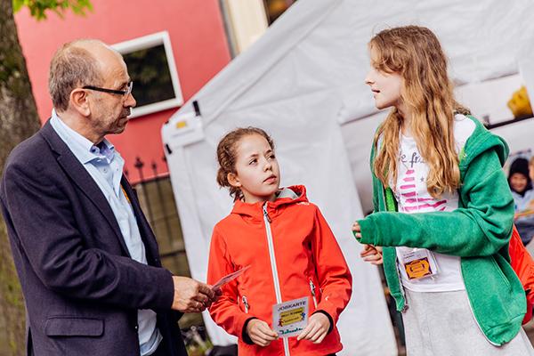 Präses Manfred Rekowski taucht in das Freizeitprojekt 'Mini-Nippes' ein.