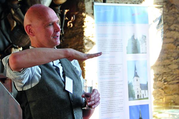Professor Dr. Andreas Mühling bei seinem Vortrag im alten Rittersaal zu Schloss Veldenz, dort tagte die Trierer Kreissynode. Foto: ekkt.de