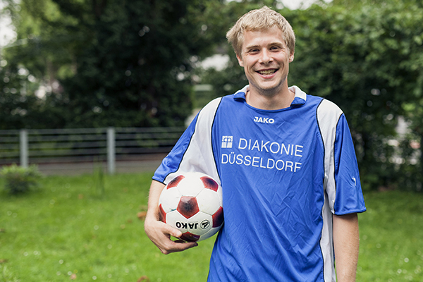 Der Nachwuchsfußballer Nikolas Möbius aus Düsseldorf tritt bei der Fußball-WM an - im Team von Trainer Jiri Pacourek für das deutsche Nationalteam der Wohnungslosen.