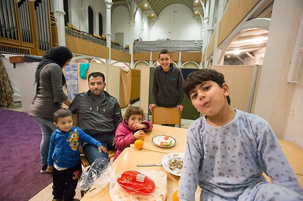 Flüchtlinge aus Syrien in der evangelischen Kirche in Oberhausen-Schmachtendorf. Rund fünfzig Asylsuchende aus Syrien haben sich in der ungewöhnlichen Behausung eingerichtet. Täglich kümmern sich ehrenamtliche Gemeindemitglieder um die Menschen. epd-Foto
