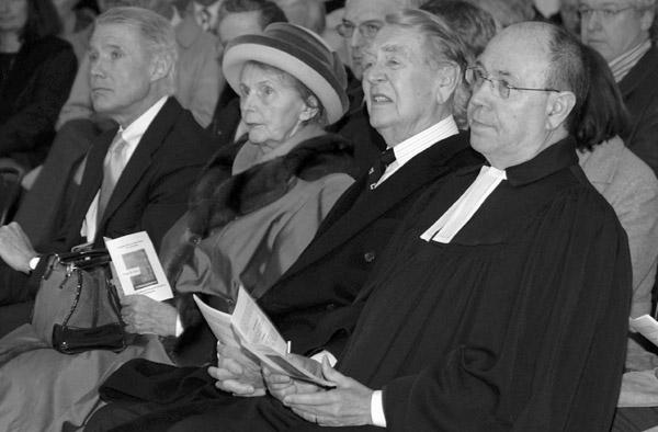 Feierliche Einweihung der Marktkirche 2006: Berthold Beitz mit seiner Frau Else, dem damaligen Essener Oberbürgermeister Wolfgang Reiniger (l.) und dem damaligen Präses Nikolaus Schneider.