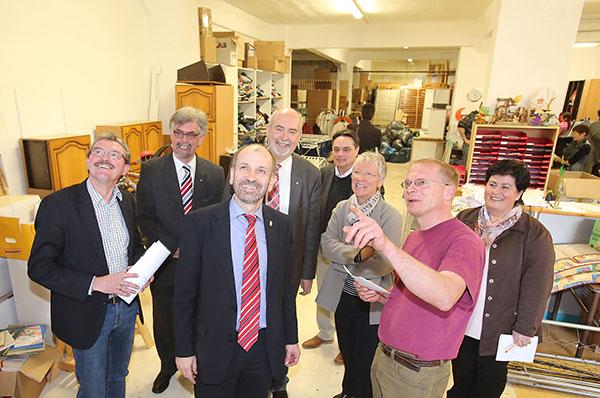 Präses Manfred Rekowski besucht das Sozialkaufhaus in Sulzbach.
