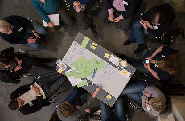 Tief drinne im Glaubensreich: Gruppendiskussionen beim ersten Netzwerktreffen in der Kölner Trinitatiskirche.