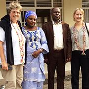 Oberkirchenrätin Barbara Rudolph (l.) und Kirchenrätin Anja Vollendorf (r.) werden am Flufhafen in Goma von Superintendent und Vorsitzender der Frauengemeinschaft mit Bonbonketten begrüßt.