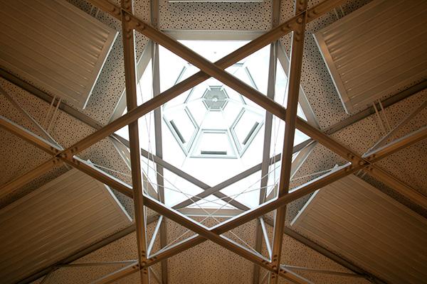 Davidsstern im zeltförmigen Glaskuppeldach der Bergischen Synagoge in Wuppertal: Die benachbarte Barmer Synagoge ist 1938 niedergebrannt worden. Foto: epd-bild / Friedrich Stark