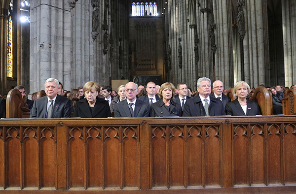 An der zentralen Trauerfeier nahmen u.a. Bundesratspräsident Volker Bouffier (v.l.), Bundeskanzlerin Angela Merkel, Bundestagspräsident Norbert Lammert, Bundespräsident Joachim Gauck mit seiner Partnerin Daniela Schadt und Nordrhein-Westfalens Ministerprä