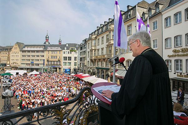 Festakt zum 200. Jahrestag der evangelischen Gemeinde Bonn am Sonntag (05.06.2016) auf dem Bonner Markplatz. Der Ratsvorsitzende der Evangelischen Kirche in Deutschland (EKD), Heinrich Bedford-Strohm (re.), hat dabei den Einsatz vieler Menschen innerhalb
