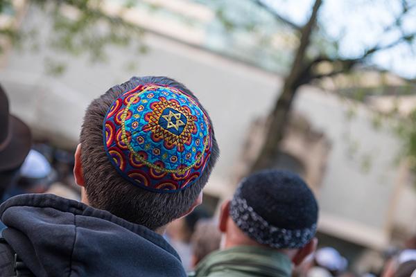 In mehreren deutschen Staedten fanden Solidaritätsaktionen für jüdische Mitbürgerinnen und Mitbürger statt, wie hier am Abend in Berlin unter dem Motto 'Berlin trägt Kippa'.