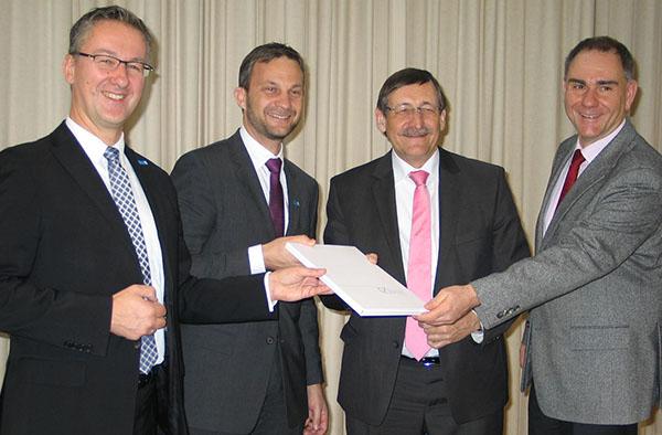 Besiegelt: Vorstandssprecher Matthias Dargel und Direktor Samuel Breisacher für den CJD, Oberkirchenrat Klaus Eberl und Kirchenrat Dr. Stefan Drubel für die EKiR.