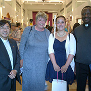 Erika Brehmen, Freiwillige aus Köln (M.), mit VEM-Generalsekretär Dr. Fidon Mwombeki (r.), Gemeindepfarrer Chang und Oberkirchenrätin Barbara Rudolph.