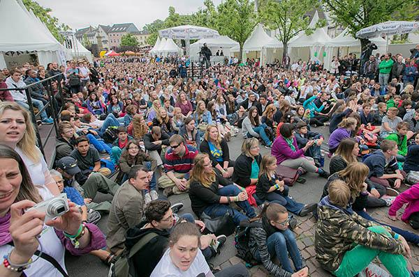 Große Gemeinschaft - nicht nur beim Eröffnungsgottesdienst des Jugendcamps 2014 auf dem Siegburger Markt.