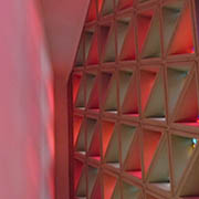 Die Kirchenfenster spenden weiterhin ein farbenfrohes Licht.