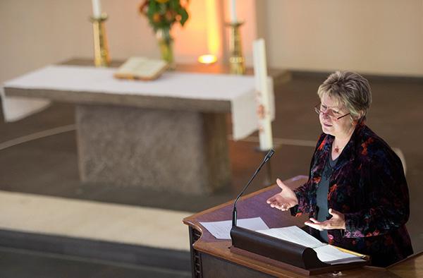 NRW-Schulministerin Syliva Löhrmann auf der Kanzel der Bonner Kreuzkirche.