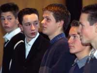 Werden diese Jungen  sich in der Kirche zuhause fühlen?