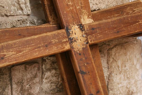 Im Zeichen des Kreuzes: Das biblische Zeugnis hält Kirche und Gläubie dazu an, Fremden und Flüchtlingen Schutz zu gewähren.