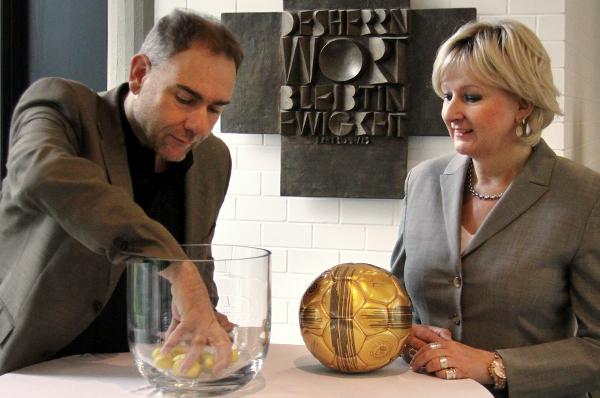Auslosung des rheinischen Teams zum EKD-KonfiCup-Finale 2014 mit Dr. Stefan Drubel und Elke Wieja.