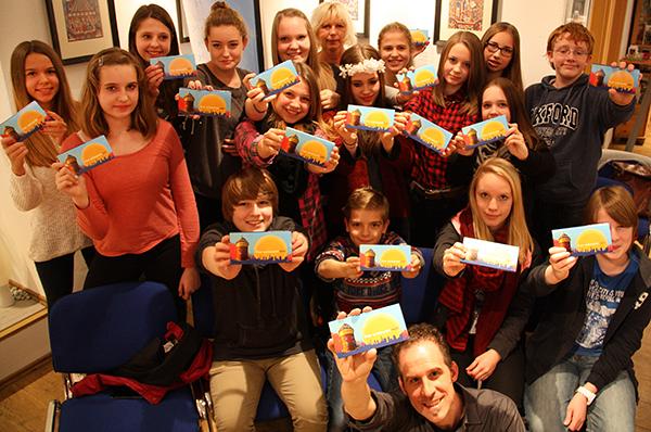 Die Schülerinnen und Schüler des Wahlpflichtkurses Design mit Lehrerin Regina Behrendt und GMÖ-Bildungsreferent Claudio Gnypek.