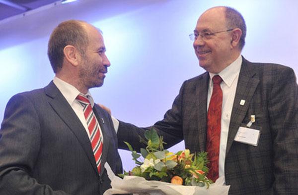 Der neu gewählte Präses Manfred Rekowski (l.) mit Nikolaus Schneider, als dessen Nachfolger er am 3. März eingeführt werden wird.