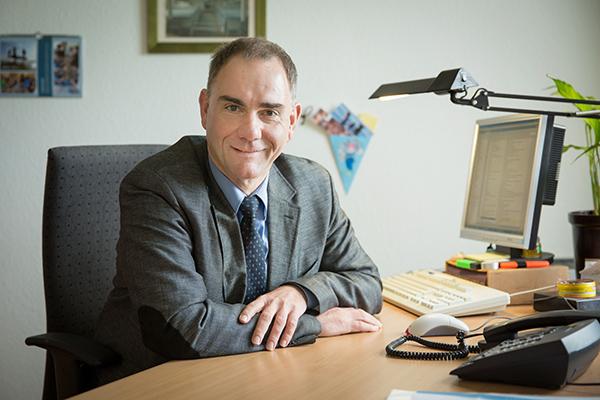 Dr.. Stefan Drubel ist als Leitender Dezernent im Landeskirchenamt zuständig für die außerschulische Bildung.