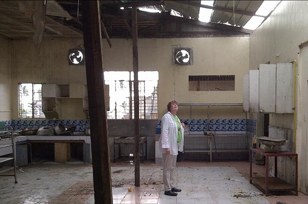 Oberkirchenrätin Barbara Rudolph im beschädigten Bethanien-Hospital in Tacloban.