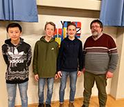Die Schüler Xufei, Jakob und Max mit Lehrer Alfons Scholten (v.l.).