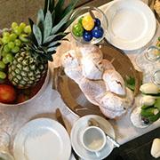 Fertig gedeckt: der Tisch fürs Osterfrühstück.