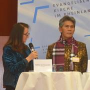 Pastor Suko Tiyarno im Gespräch mit Journalistin Bettina von Clausewitz, die das Interview führte.