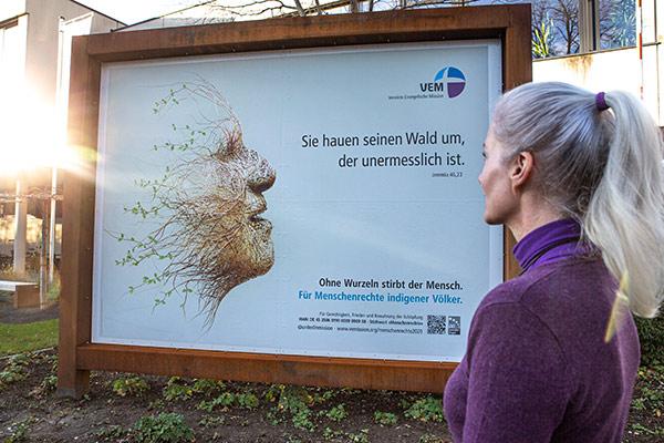 Ein Plakat zur VEM-Menschenrechtsaktion 2020 hängt auch vor dem Landeskirchenamt in Düsseldorf.