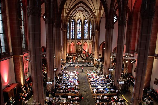 Tausend Menschen kamen in der St.-Agnes-Kirche in Köln zusammen und sagen 'Lieder zum Advent'. Foto: WDR/Thomas Brill