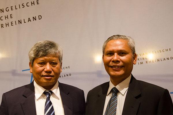 Ephorus Dr. Darwin Lumbantobing (l.) und Rev. Dr. Martongo Sitinjak von der HKPB-Kirche aus Indonesien