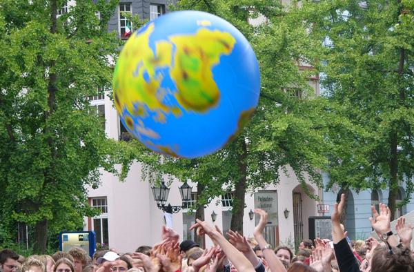 Der Welt Frieden bescheren, gewaltfreie Konfliktbearbeitung erlernen, dazu dient ein Qualifizierungskurs. Foto: ekir.de-Archiv