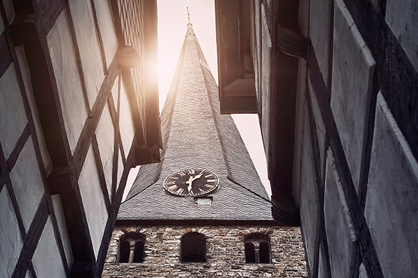 Erster Platz beim Fotowettbewerb 2018 der Stiftung Kiba und der KD Bank für Andreas Dengs für seine Aufnahme des Turms der St.-Georgs-Kirche in Hattingen (Ruhr), ein hochformatiges Foto, das hier nur in einem Ausschnitt zu sehen ist.