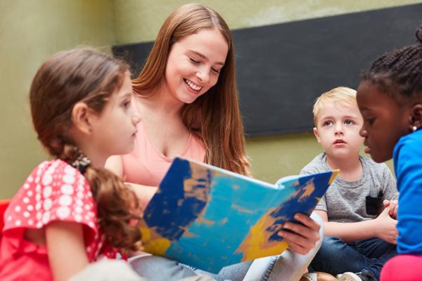 Etwa 200 ehrenamtliche Vorleserinnen und Vorleser sidn für die evangelischen Büchereien im Einsatz.              Symbolbild: stylephotographs/123rf.com