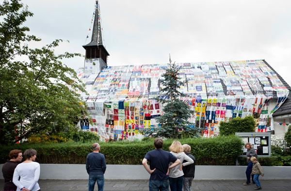 Perfekt: Die Johanniskirche in Bonn-Duisdorf ist mit gebrauchten Plastiktüten verpackt.