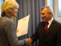 Barbara Sommer, NRW-Schul- und Weiterbildungsministerin, überreicht Gerrit Heetderks das Zertifikat.