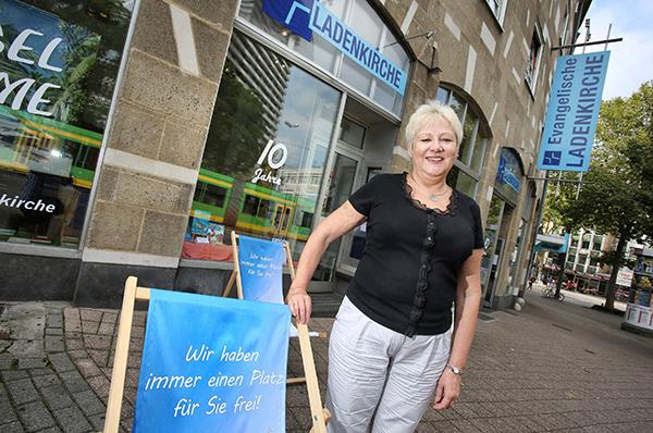 Bei uns wird keiner gefragt, warum er ausgetreten ist: Nina Gutmann, Leiterin der Ladenkirche in Mülheim an der Ruhr.  Foto: epd / Stefan Arend