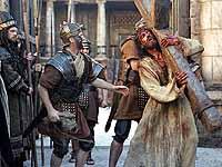 "Auf dem Weg nach Golgatha: Jesus (Jim Caviezel) in Gibsons ""Passion Christi""."